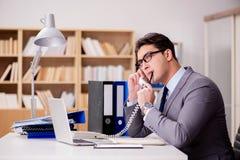 Ο επιχειρηματίας που μιλά στο τηλέφωνο στην αρχή Στοκ εικόνες με δικαίωμα ελεύθερης χρήσης