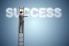 Ο επιχειρηματίας που φθάνει στην επιτυχία με τη σκάλα σταδιοδρομίας Στοκ Εικόνες
