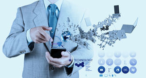 Ο επιχειρηματίας που χρησιμοποιεί το κινητό τηλέφωνο παρουσιάζει Διαδίκτυο και κοινωνικό δίκτυο Στοκ Εικόνες