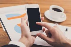 Ο επιχειρηματίας που χρησιμοποιεί το τηλέφωνο στον εργασιακό χώρο, κλείνει επάνω Στοκ Εικόνες