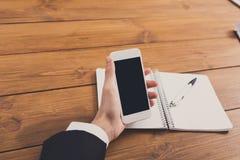 Ο επιχειρηματίας που χρησιμοποιεί το τηλέφωνο στον εργασιακό χώρο, κλείνει επάνω Στοκ εικόνες με δικαίωμα ελεύθερης χρήσης