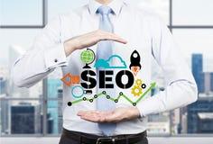 Ο επιχειρηματίας πρότεινε την αποτελεσματική προσέγγιση βελτιστοποίησης «SEO» στοκ φωτογραφίες