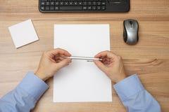 Ο επιχειρηματίας σκέφτεται στην αρχή πέρα από το κενό φύλλο του εγγράφου, tho Στοκ φωτογραφία με δικαίωμα ελεύθερης χρήσης