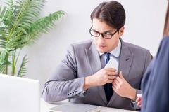Ο επιχειρηματίας στην ανήθικη επιχειρησιακή έννοια με τη δωροδοκία Στοκ φωτογραφίες με δικαίωμα ελεύθερης χρήσης