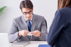 Ο επιχειρηματίας στην ανήθικη επιχειρησιακή έννοια με τη δωροδοκία Στοκ Φωτογραφία