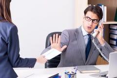Ο επιχειρηματίας στην ανήθικη επιχειρησιακή έννοια με τη δωροδοκία Στοκ Εικόνα