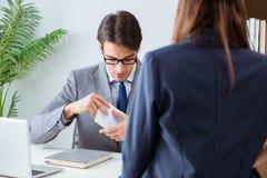 Ο επιχειρηματίας στην ανήθικη επιχειρησιακή έννοια με τη δωροδοκία Στοκ Φωτογραφίες
