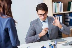 Ο επιχειρηματίας στην ανήθικη επιχειρησιακή έννοια με τη δωροδοκία Στοκ Εικόνες