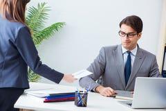 Ο επιχειρηματίας στην ανήθικη επιχειρησιακή έννοια με τη δωροδοκία Στοκ φωτογραφία με δικαίωμα ελεύθερης χρήσης