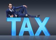 Ο επιχειρηματίας στην επιχειρησιακή έννοια φορολογικών επιβαρύνσεων Στοκ Εικόνα