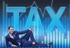 Ο επιχειρηματίας στην επιχειρησιακή έννοια φορολογικών επιβαρύνσεων Στοκ φωτογραφία με δικαίωμα ελεύθερης χρήσης