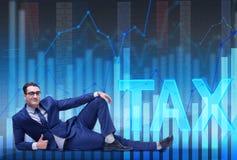 Ο επιχειρηματίας στην επιχειρησιακή έννοια φορολογικών επιβαρύνσεων Στοκ Εικόνες
