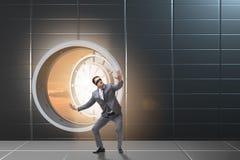 Ο επιχειρηματίας στην μπροστινή πόρτα υπόγειων θαλάμων ot στοκ φωτογραφίες με δικαίωμα ελεύθερης χρήσης