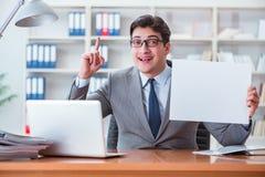 Ο επιχειρηματίας στο γραφείο που κρατά έναν κενό πίνακα μηνυμάτων Στοκ εικόνα με δικαίωμα ελεύθερης χρήσης