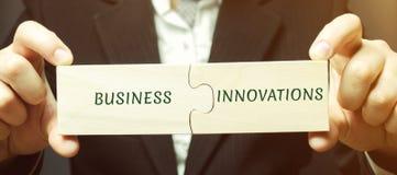 Ο επιχειρηματίας συλλέγει τους γρίφους με την επιχείρηση και τις καινοτομίες λέξεων Καινοτόμες ιδέες για τις μικρές επιχειρήσεις  στοκ εικόνες με δικαίωμα ελεύθερης χρήσης