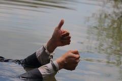 Ο επιχειρηματίας συλλήφθηκε με τις χειροπέδες και το πνίξιμο στοκ φωτογραφία με δικαίωμα ελεύθερης χρήσης