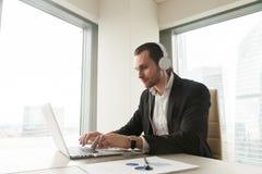 Ο επιχειρηματίας συμμετέχει στη σε απευθείας σύνδεση διάσκεψη Στοκ Εικόνα