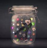 Ο επιχειρηματίας συνέλαβε σε ένα βάζο γυαλιού με τα ζωηρόχρωμα app εικονίδια con Στοκ Φωτογραφία
