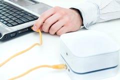 Ο επιχειρηματίας συνδέει το lap-top του με τον κινητό δρομολογητή WiFi στοκ εικόνες