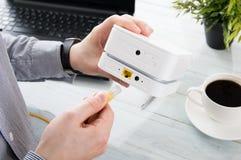 Ο επιχειρηματίας συνδέει το lap-top του με το κινητό WiFi στοκ φωτογραφία με δικαίωμα ελεύθερης χρήσης