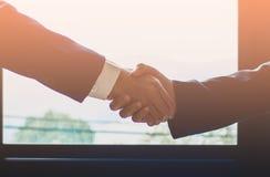 Ο επιχειρηματίας της Ασίας ομάδας δημιουργεί μαζί μια αμοιβαία ευεργετική επιχειρησιακή σχέση στοκ εικόνες