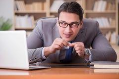 Ο επιχειρηματίας τοξικομανών στο γραφείο στοκ φωτογραφία με δικαίωμα ελεύθερης χρήσης