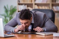 Ο επιχειρηματίας τοξικομανών στο γραφείο στοκ εικόνες