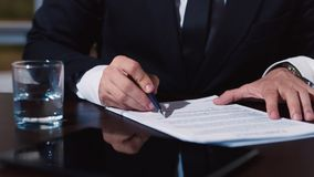 Ο επιχειρηματίας υπογράφει διάφορο έγγραφο φιλμ μικρού μήκους