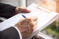 Ο επιχειρηματίας υπογράφει στο έγγραφο σημαδιών, επιχειρησιακή συμφωνία con στοκ φωτογραφία