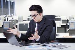 Ο επιχειρηματίας φαίνεται συγκλονισμένος και απογοητευμένος Στοκ Εικόνες