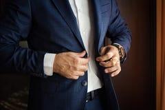 Ο επιχειρηματίας φορά ένα σακάκι Πολιτικός, ύφος ατόμων ` s, αρσενικό CL χεριών Στοκ φωτογραφία με δικαίωμα ελεύθερης χρήσης