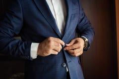 Ο επιχειρηματίας φορά ένα σακάκι Πολιτικός, ύφος ατόμων ` s, αρσενικό CL χεριών Στοκ φωτογραφίες με δικαίωμα ελεύθερης χρήσης