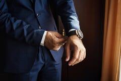 Ο επιχειρηματίας φορά ένα σακάκι Πολιτικός, ύφος ατόμων ` s, αρσενικό CL χεριών Στοκ εικόνες με δικαίωμα ελεύθερης χρήσης