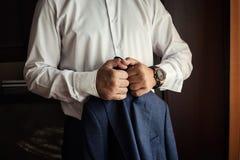 Ο επιχειρηματίας φορά ένα σακάκι Πολιτικός, ύφος ατόμων ` s, αρσενικό CL χεριών Στοκ Εικόνες