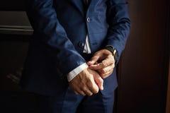 Ο επιχειρηματίας φορά ένα σακάκι Πολιτικός, ύφος ατόμων ` s, αρσενικό CL χεριών Στοκ Φωτογραφία