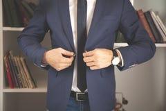 Ο επιχειρηματίας φορά ένα σακάκι στοκ εικόνα με δικαίωμα ελεύθερης χρήσης