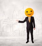 Ο επιχειρηματίας φορά το κίτρινο πρόσωπο smiley Στοκ Φωτογραφίες