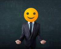 Ο επιχειρηματίας φορά το κίτρινο πρόσωπο smiley Στοκ εικόνα με δικαίωμα ελεύθερης χρήσης