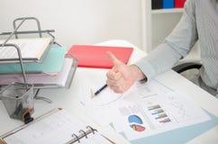ο επιχειρηματίας φυλλομετρεί επάνω Στοκ εικόνα με δικαίωμα ελεύθερης χρήσης