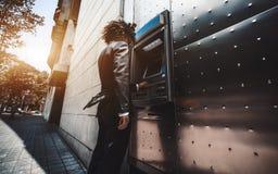 Ο επιχειρηματίας χρησιμοποιεί την οδό ATM στοκ φωτογραφία με δικαίωμα ελεύθερης χρήσης