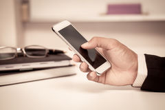 Ο επιχειρηματίας χρησιμοποιεί το έξυπνο τηλέφωνο, ταμπλέτα, κινητό τηλέφωνο στο γραφείο Στοκ εικόνα με δικαίωμα ελεύθερης χρήσης