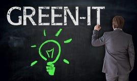 Ο επιχειρηματίας χρωματίζει lightbulb και πράσινη ΤΠ στον πίνακα con Στοκ εικόνα με δικαίωμα ελεύθερης χρήσης