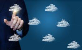 Ο επιχειρηματίας χτυπά σε ένα δίκτυο σύννεφων στοιχείων στοκ εικόνες με δικαίωμα ελεύθερης χρήσης