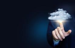 Ο επιχειρηματίας χτυπά σε ένα σύννεφο στοιχείων στοκ φωτογραφία με δικαίωμα ελεύθερης χρήσης