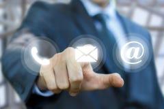 Ο επιχειρηματίας χτυπά στην επιστολή κουμπιών Στοκ φωτογραφία με δικαίωμα ελεύθερης χρήσης