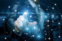 Ο επιχειρηματίας χτυπά στις συνδέσεις δικτύων στοκ φωτογραφία
