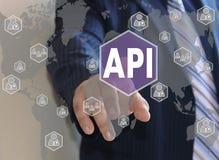 Ο επιχειρηματίας ωθεί ένα κουμπί API Στοκ φωτογραφία με δικαίωμα ελεύθερης χρήσης