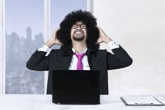 Ο επιχειρηματίας Afro έχει το πρόβλημα Στοκ φωτογραφία με δικαίωμα ελεύθερης χρήσης