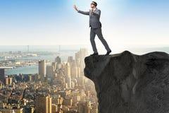 Ο επιχειρηματίας blindfold που στέκεται στην άκρη του απότομου βράχου Στοκ φωτογραφία με δικαίωμα ελεύθερης χρήσης