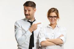 Ο επιχειρησιακοί άνδρας και η γυναίκα που επικοινωνούν σε ένα γκρίζο υπόβαθρο Στοκ εικόνες με δικαίωμα ελεύθερης χρήσης